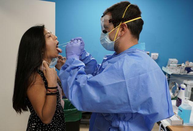 Un sanitario realiza una prueba PCR en