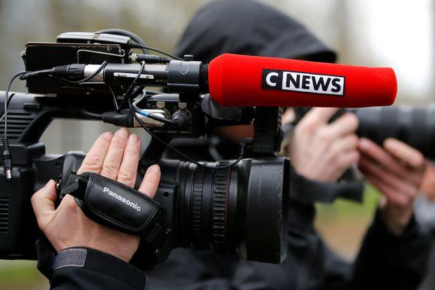 Le patron de CNews accuse Véran de boycotter sa chaîne et France 2 de