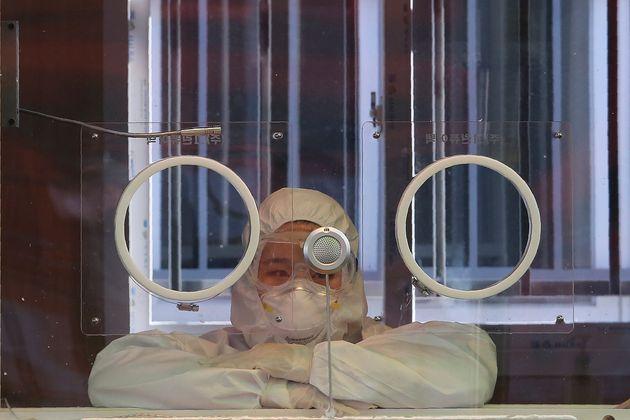2일 서울의 한 임시 선별진료소에서 의료진이 휴식을 취하고