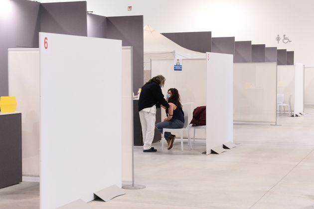 대형 회의장에 임시로 마련된 백신 접종 센터에서 화이자-바이오엔테크 백신 접종이 진행되고 있다. 볼로냐, 이탈리아. 2020년
