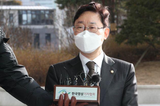 박범계 법무부 장관 후보자가 지난 12월 31일 서울 서초구 서울고검에 마련된 사무실로 출근하던 중 취재진들의 질문에 답하고