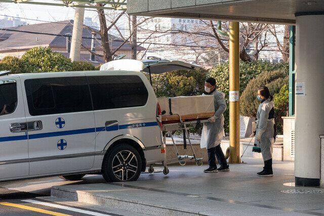 국립중앙의료원에서 코로나19로 희생된 환자의 주검이 운구되고