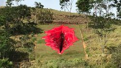 Ένας τεράστιος, κόκκινος γυναικείος κόλπος-Το έργο τέχνης που ερέθισε τα νεύρα οπαδών του
