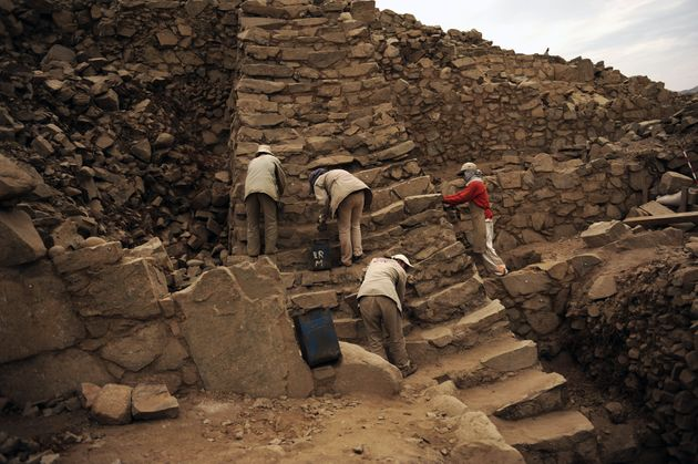 Ομάδα αρχαιολόγων εργάζονται...