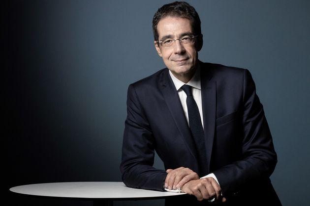 Le journaliste Darius Rochebin lors d'une session photo à Paris en septembre