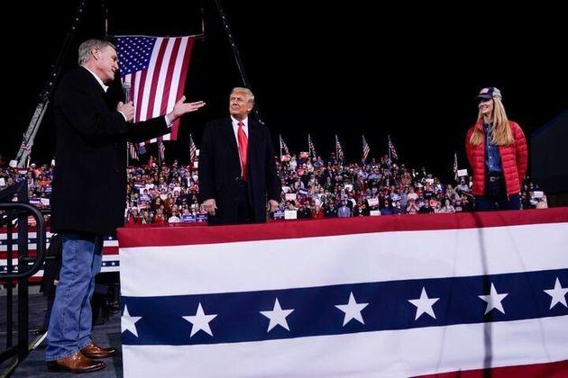 Donald Trump con los senadores David Perdue y Kelly