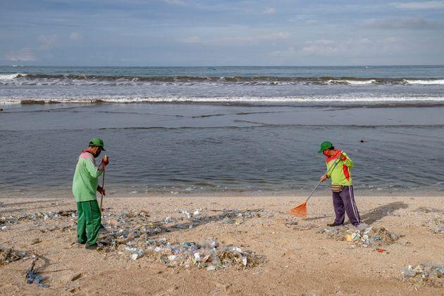 Le operazioni di pulizia della spiaggia a