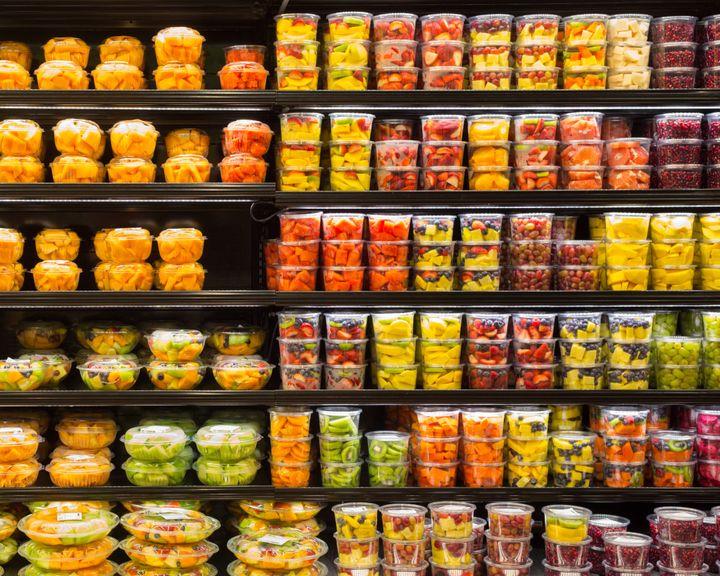 컵과일은 더 비싸고 환경에 유해한 플라스틱을 배출한다