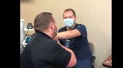 ワクチンを打つ看護師に、救急医療隊のボーイフレンドがプロポーズ。打つ前に左腕の指輪を受け取ってください
