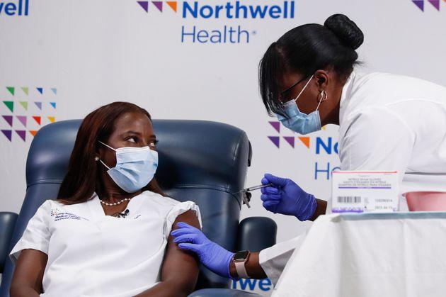 L'infirmière Sandra Lindsay (à gauche) est la première femme à recevoir la deuxième dose de vaccin de