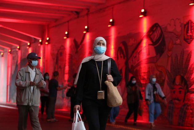 Ινδονησία, η μόνη χώρα που δεν εμβολιάζει πρώτα τους ηλικιωμένους αλλά νέους και