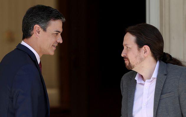 Pedro Sánchez (izq) y Pablo Iglesias, en Moncloa, el 7 de mayo de