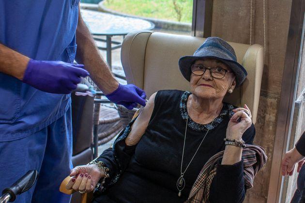 Una mujer recibe la vacuna de Pfizer en la residencia Llano Ponte, en Noreña, Asturias, el 1 de...