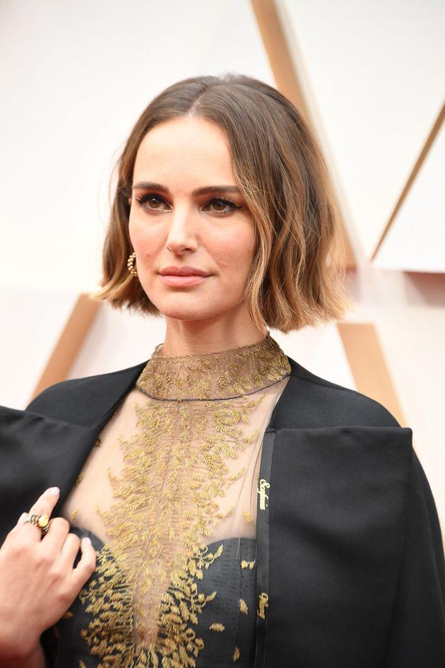 第92回アカデミー賞に、女性監督の名前が刺繍された黒いケープを身に纏って参加したナタリー・ポートマン(2020年2月9日撮影)