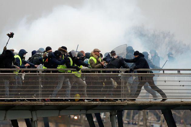 (Photo: Christophe Dettinger face aux forces de l'ordre lors de la manifestation des gilets jaunes sur...