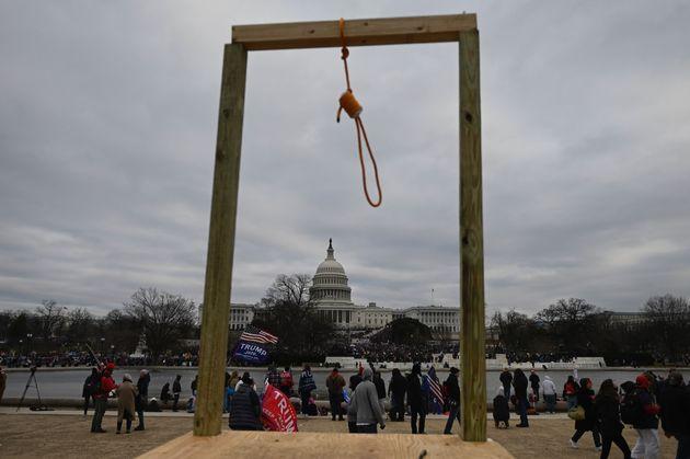 「首つり縄」が議事堂の外に出現、黒人へのリンチの象徴。トランプ支持者の暴動で異常事態に