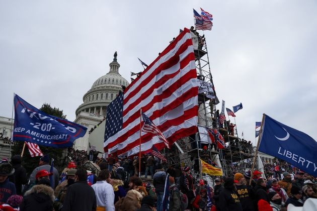 議事堂前に掲げられた巨大な星条旗