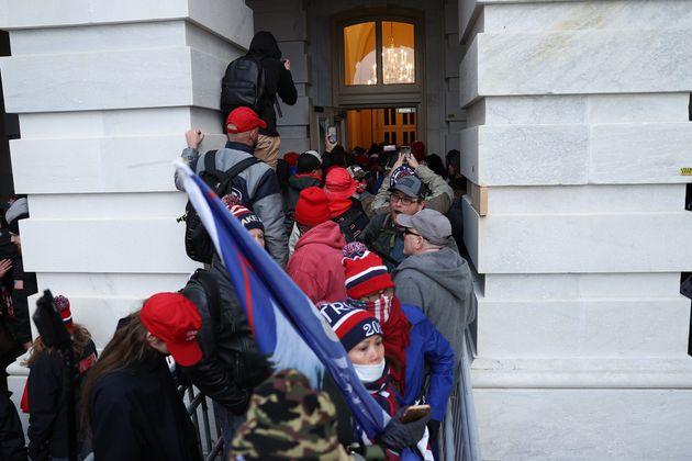 議事堂に乱入するトランプ支持者たち