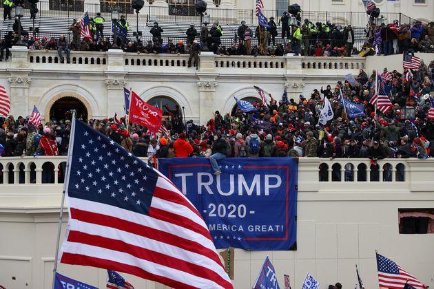 トランプ氏のスローガン「アメリカを再び偉大に」も掲げられた
