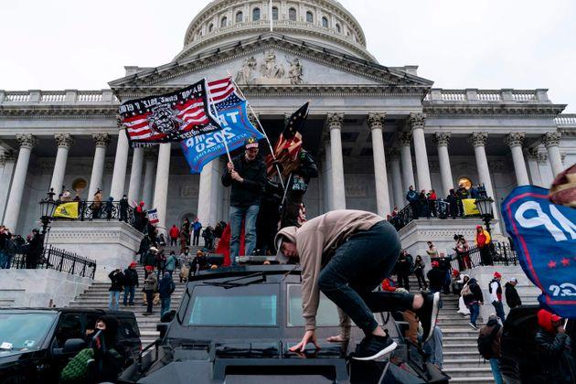 集まった支持者たちは警備を突破し議事堂に乱入、大統領選の結果を確定させる合同会議は一時、中断を余儀なくされた。