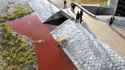 鴨川が真っ赤に染まる。異臭もなく原因不明、京都市が調査