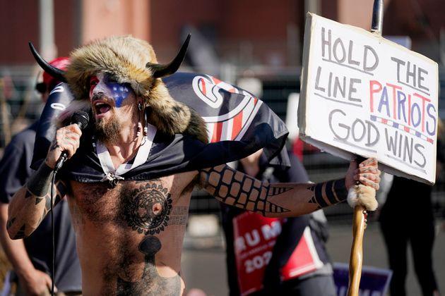 大統領選後、トランプ支持者らが連邦議会議事堂に侵入し暴動に発展。写真は侵入者の中の一人。熱心なトランプ支持者でQアノン信者として知られる。