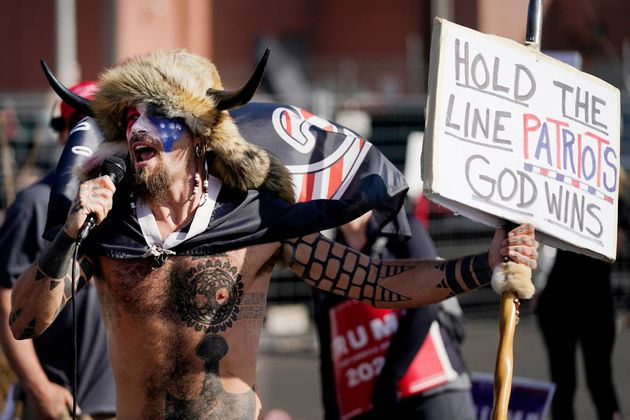 Jake Angeli, el pasado 7 de noviembre, en una protesta en Maricopa contra Joe