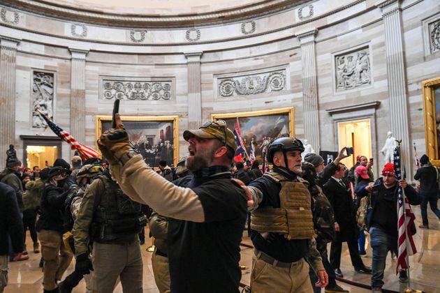 議事堂に侵入したトランプ支持者たち