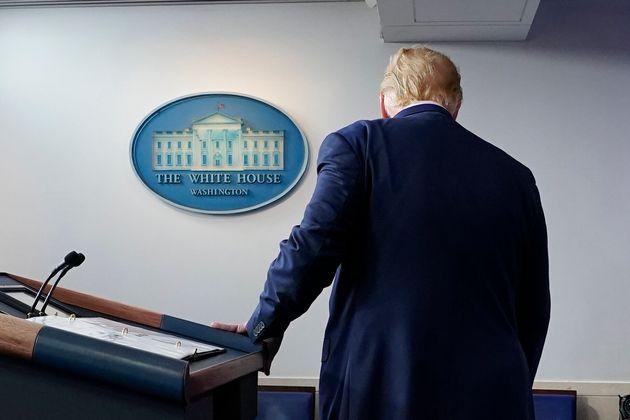 Donald Trump se marcha de su rueda de prensa en la Casa Blanca, el pasado 5 de