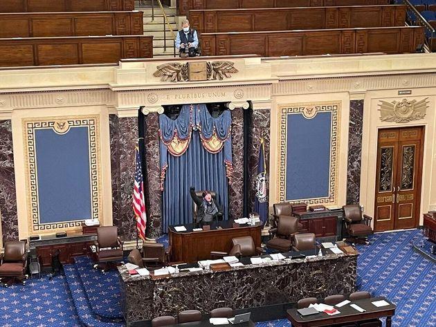 上院会議場で「選挙に勝ったのはトランプだ!」と叫ぶ支持者