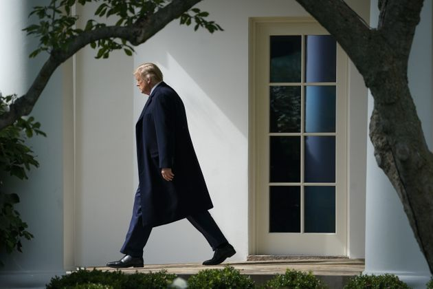 Le président américain Donald Trump quitte le bureau ovale de la Maison Blanche pour se rejndre dans...
