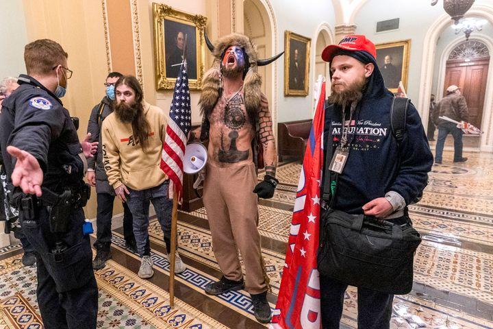 Des partisans de Donald Trump dont Jake Angeli, à l'intérieur du Capitole le 6 janvier 2021