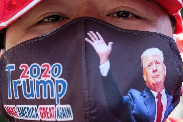 Un seguidor de Donald Trump con una imagen del presidente en su