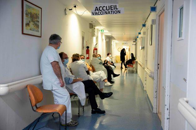 Des soignants attendent d'être vaccinés avec le vaccin Pfizer-BioNTech à l'hôpital...