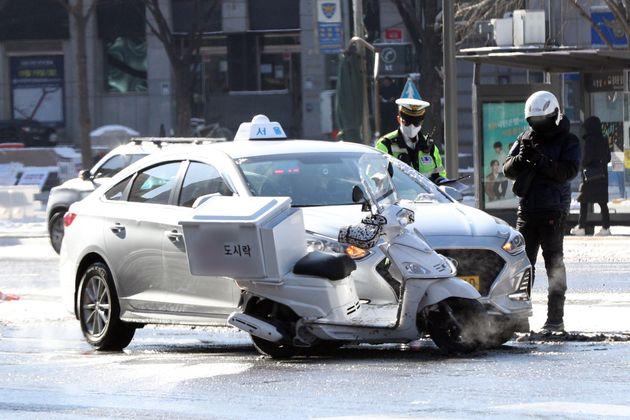 7일 서울 광화문 사거리에서 배달 노동자가 교통사고가 나 사고를 처리하고