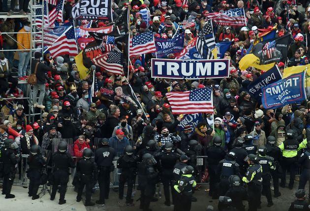 Seguidores de Trump enfrentándose a la policía en los exteriores del