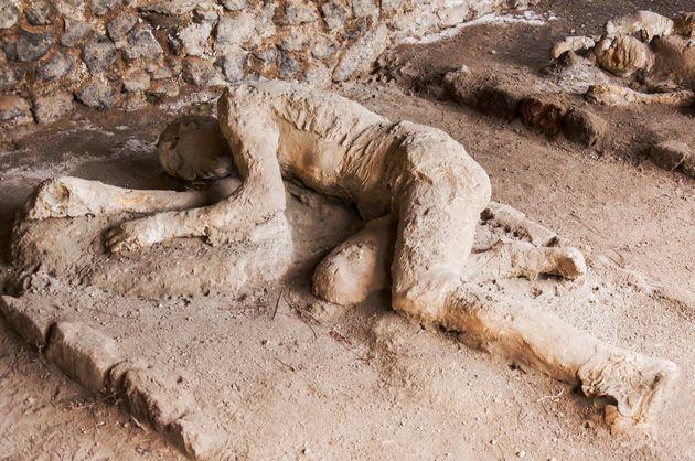 Restos arqueológicos hallados en Pompeia de víctimas petrificadas tras la erupción...