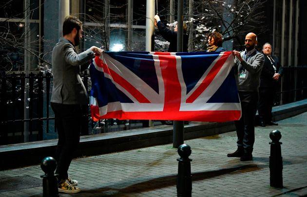 Retirada de la bandera británica de la sede del Parlamento Europeo, en