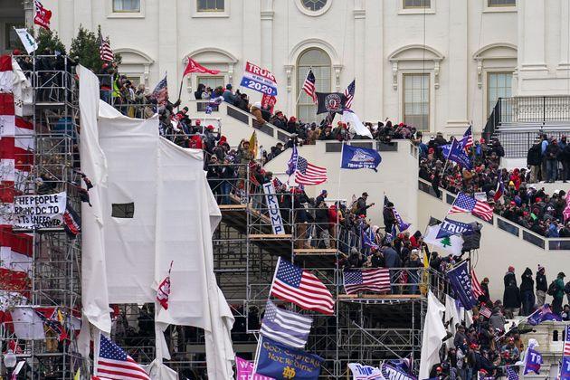 Simpatizantes del presidente Donald Trump asaltan el Capitolio federal, el miércoles 6 de enero...