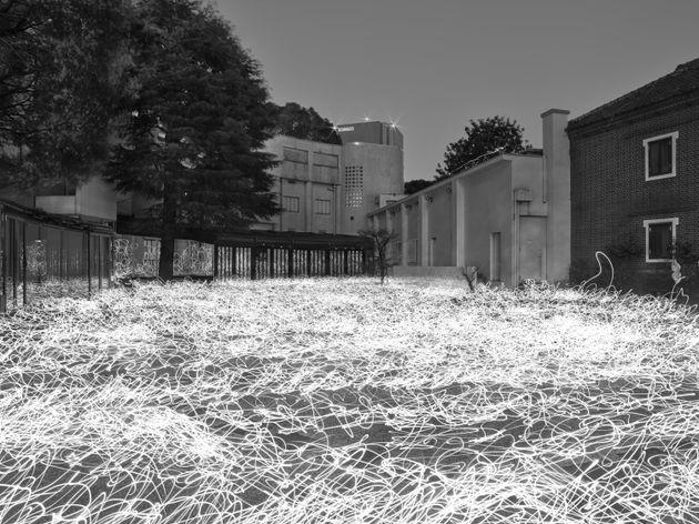 原美術館の庭を舞台にした佐藤時啓の「光-呼吸」2020 ©Tokihiro