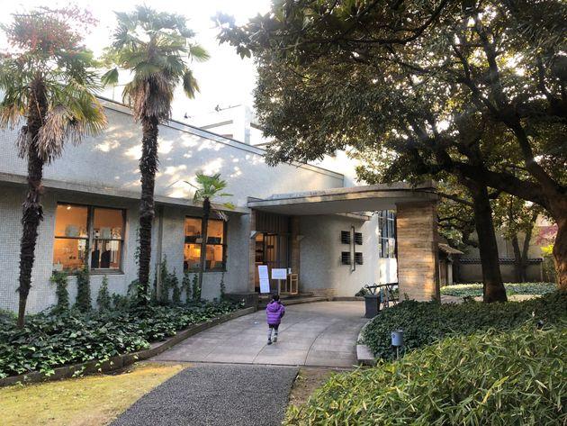 原美術館の正面玄関。陽を受けた木々の陰影が美しい=2020年12月
