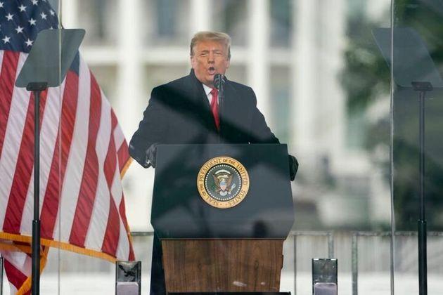 Donald Trump les dijo a sus fanáticos que mostraran su fuerza marchando hacia el Capitolio poco antes...