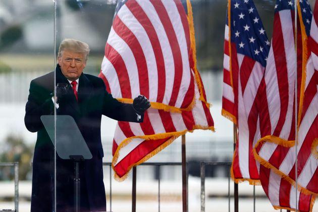 El presidente saliente de EEUU, Donald Trump, saluda a sus seguidores antes de que estos asaltasen el...