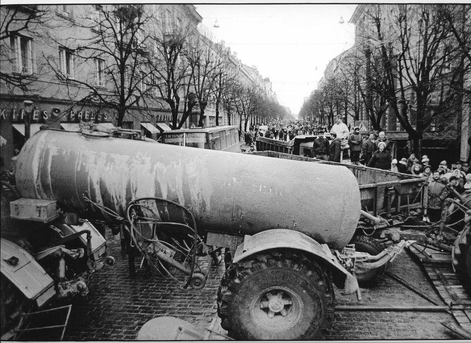 Πρωί της 13ης Ιανουαρίου 1991 - Τα πρώτα οδοφράγματα στην πλατεία Ανεξαρτησίας δίπλα από το Κοινοβούλιο...