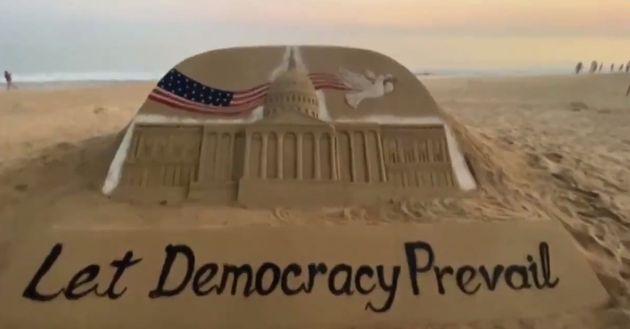 Ο καλλιτέχνης που μέσω της άμμου στέλνει το δικό του μήνυμα για τα επεισόδια στις