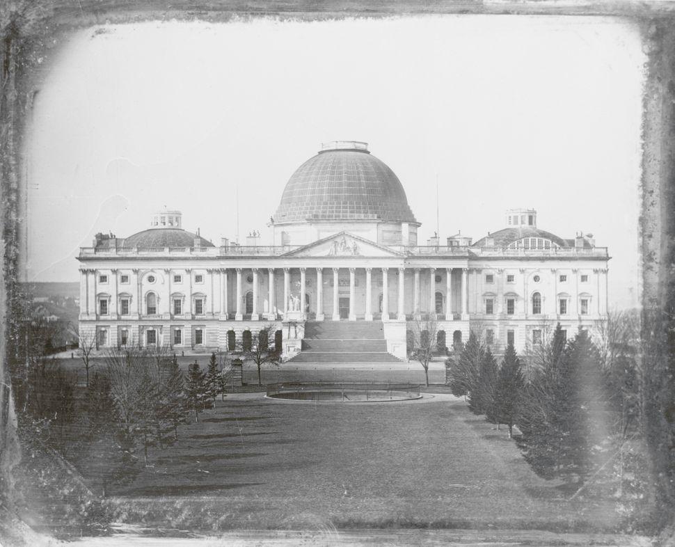 Αυτή είναι η παλαιότερη γνωστή φωτογραφική εικόνα του Καπιτωλίου και είναι μια από τις έξι δαγκεροτυπίες (δαγκεροτυπία ήταν η πρώτη πρακτική και εμπορική φωτογραφική διαδικασία) που ανακαλύφθηκαν σε μια υπαίθρια αγορά στην περιοχή του Σαν Φρανσίσκο. Η Βιβλιοθήκη του Κογκρέσου, η οποία κυκλοφόρησε το έντυπο, δήλωσε ότι η προκαταρκτική έρευνα δείχνει ότι πιθανότατα έγινε από τον Τζον Πλουμπ τζούνιορ γύρω στο 1846.