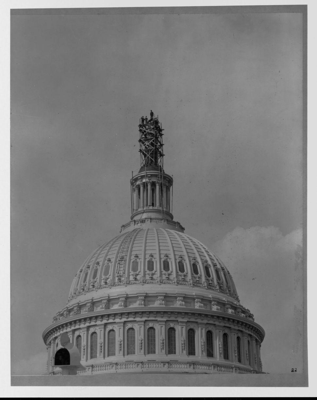 Το άγαλμα της Ελευθερίας εγκαθίσταται πάνω από το θόλο του Καπιτωλίου.