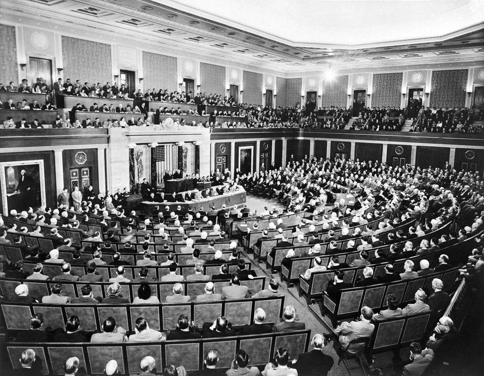 Η φωτογραφία που τραβήχτηκε στις 13 Ιανουαρίου 1951 δείχνει συνεδρίαση στο House Chamber του Καπιτωλίου των ΗΠΑ.
