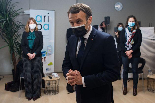 Emmanuel Macron photographié lors de son déplacement à la CAF de