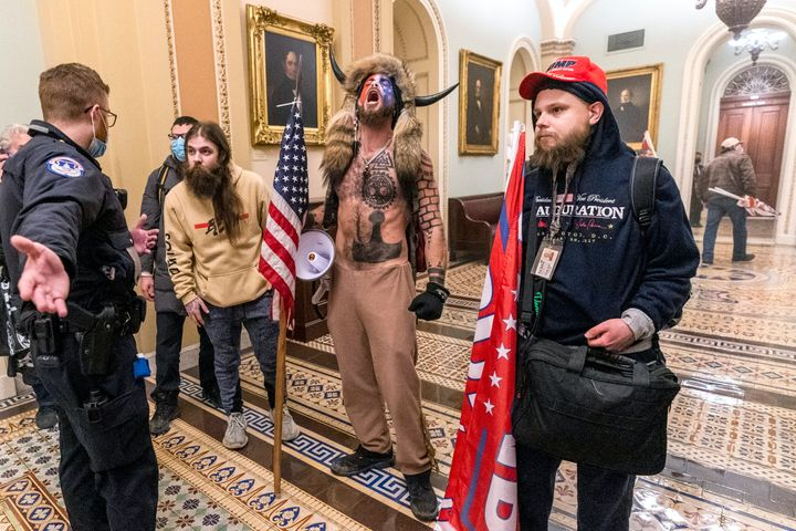 Un homme torse nu connu sous le nom de «chaman QAnon» était l'un des membres les plus en vue des partisans de Trump qui ont envahi le Capitole américain.